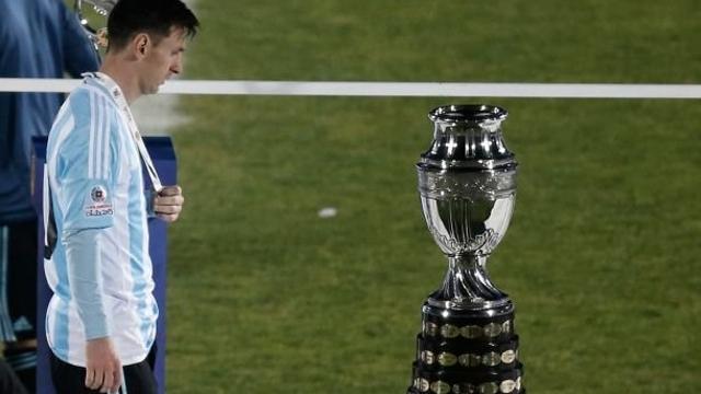 Messi camina junto a la Copa América tras perder la final contra Chile