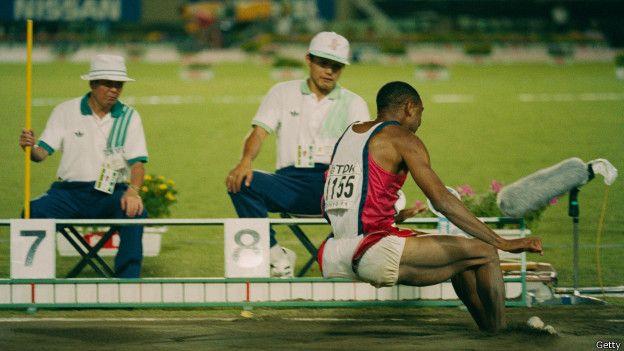 Mike Powell aterriza y hace historia: 8,95 metros. Un récord que sigue vigente 24 años después.