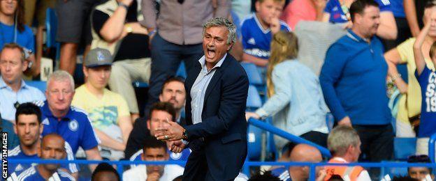 Mourinho no pudo ocultar su enfado cuando su equipo médico saltó al campo para asistir a Eden Hazard.
