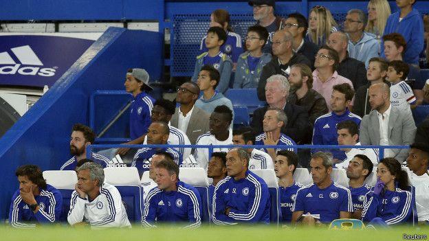 Mourinho y Carneiro se suelen sentar en los dos extremos del banquillo como se aprecia en un encuentro de pretemporada.