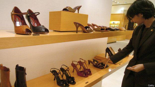 En Colombia, si antes pagabas $133.000 por un par de zapatos importados de US$70, ahora tendrás que pagar más de $211.000.