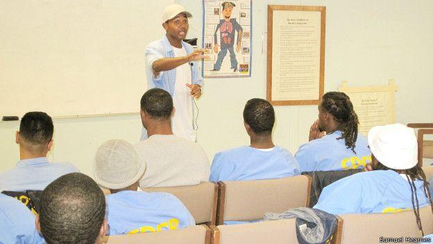 Los jueves en la noche Carroll y un grupo de voluntarios se reúne con los prisioneros para enseñarles conceptos básicos de finanzas.