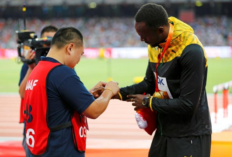 El velocista jamaicano recibió regalos del camarógrafo.