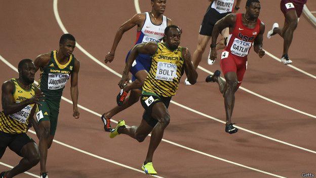 Mira la diferencia, la distancia que logró establecer, no sólo sobre Justin Gatlin sino sobre todos los demás. Puso tanta presión sobre el resto que ganó la carrera en los primeros 100 metros.