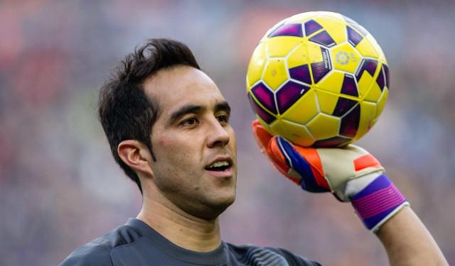 Claudio Bravo realiza trabajo con balón en entrenamiento de FC Barcelona