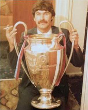 """Andy Reed posando con """"su"""" copa en 1982."""