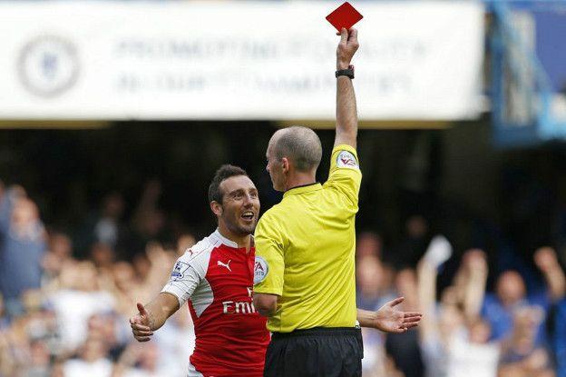 El español del Arsenal, Santi Cazorla, fue expulsado por primera vez en su carrera frente al Chelsea.
