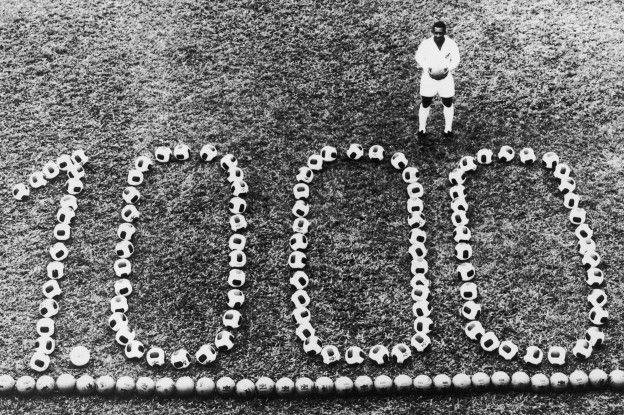 Pelé y la foto con la que registró su récord de goles.