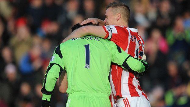 Begovic celebra su gol con el capitán del Stoke, Ryan Shawcross.