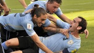 Uruguay consiguió ganar por primera vez en La Paz gracias a los goles de Martín Cácerez y Diego Godín.