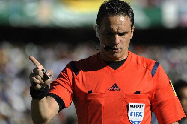 El argentino Patricio Loustau fue el encargado de sacar la única tarjeta roja de la jornada, al boliviano Jair Torrico.