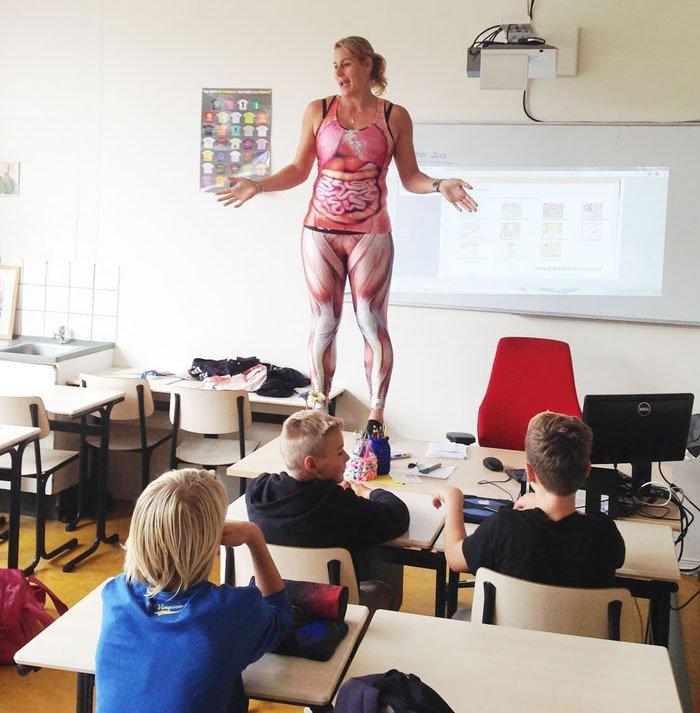 Profesora se quita la ropa para enseñar sobre el cuerpo humano   Tele 13