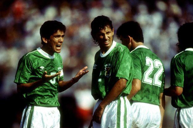 Quinteros grita junto a Baldivieso, con el número 22 de espaldas, durante la Copa América en 1993.