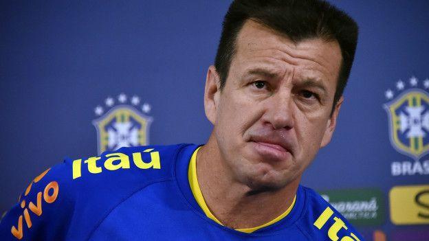 El entrenador de Brasil, Dunga, ha sido fuertemente criticado por Ronaldo y Romario.