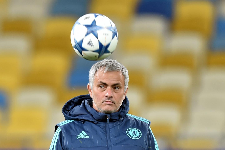[VIDEO] José Mourinho empuja a pequeño fanático que intentaba grabarlo