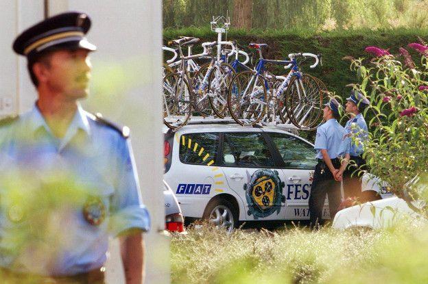 El caso Festina que sacudió el Tour de Francia y el ciclismo se destapó cuando se registraron los vehículos del equipo en 1998.