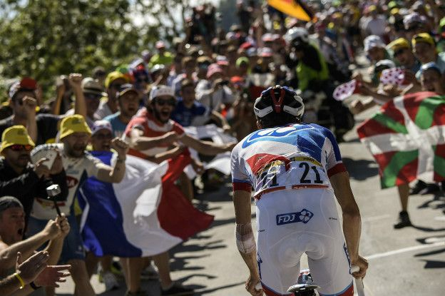 Pese a las dudas que hay sobre la honestidad del ciclismo, millones de personas siguen el Tour cada año.