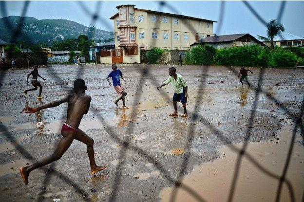 Muchos niños, que sueñan con convertirse en futbolistas profesionales, no cuentan con el apoyo necesario en sus países.