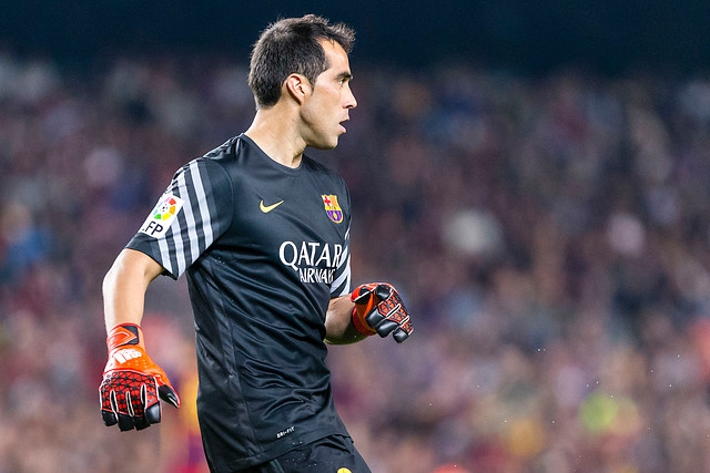 Prensa española se inclina por suplencia de Bravo en duelo entre FC Barcelona y AS Roma