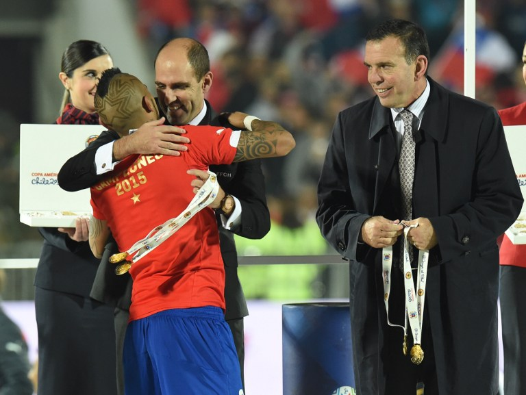 Napout junto al entonces presidente de la ANFP, Sergio Jadue, durante la premiación de la Copa América 2015.