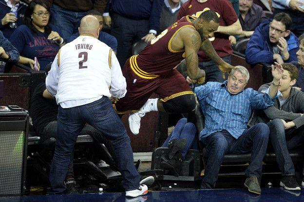 El basquetbolista se levantó rápidamente y regresó a la cancha.