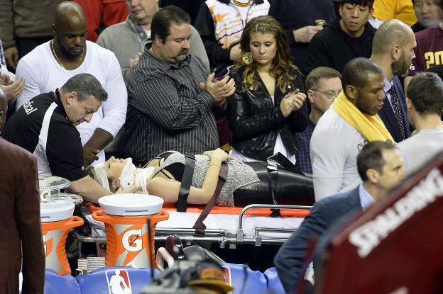 Los aficionados aplauden mientras Day es trasladada al hospital.