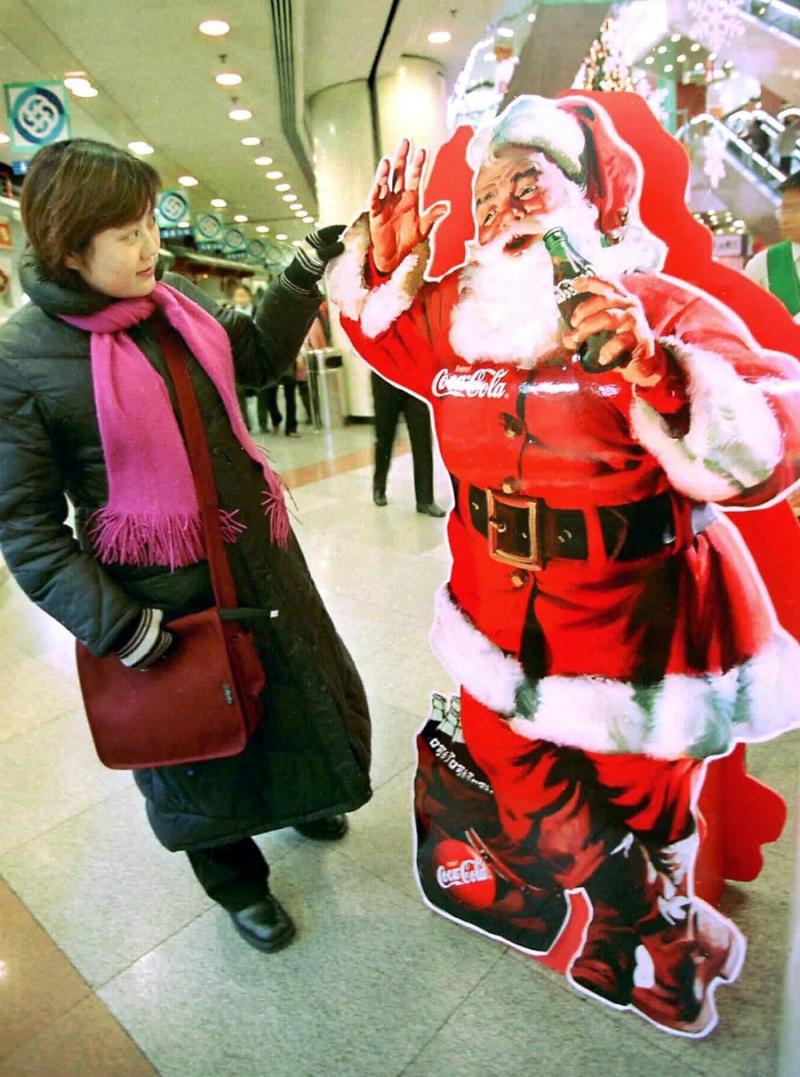 e07c1a8fa9 La publicidad de Coca-Cola asoció el color rojo con la Navidad como  estrategia de