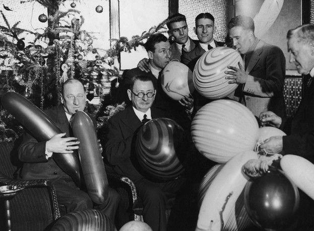 La tradición de las fiestas de los jugadores en navidad se remonta a los inicios del fútbol en Inglaterra. En la foto están futbolistas y directivos del Liverpool en 1936.