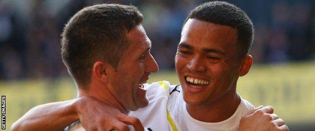 Jenas junto a Robbie Keane, capitán del Tottenham.