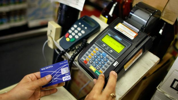 Los expertos recomiendan pagar en efectivo, para darnos cuenta de cuánto estamos gastando.