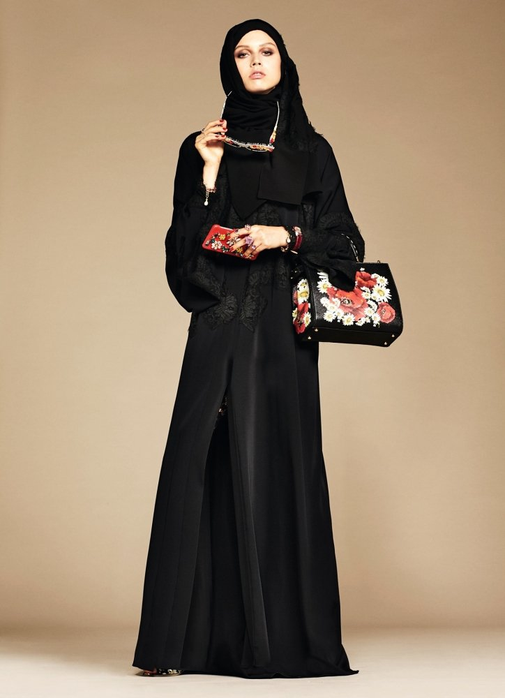 ad24ae3446 Se trata de conjuntos en los que predominan los colores oscuros y los  adornos con pedrería, encajes, raso y los bordados.