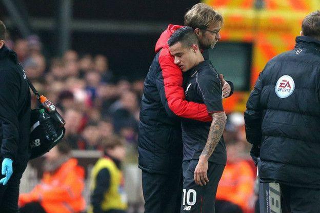 El técnico Klopp consuela a Coutinho.