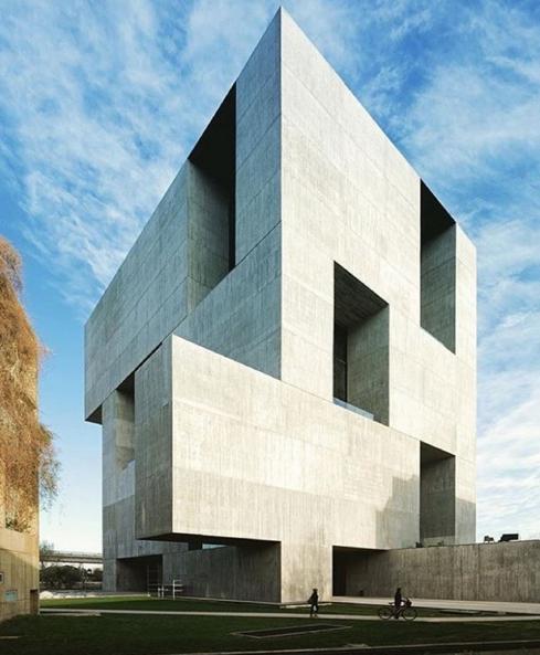 El trabajo de alejandro aravena ganador del premio for Arquitectos y sus obras