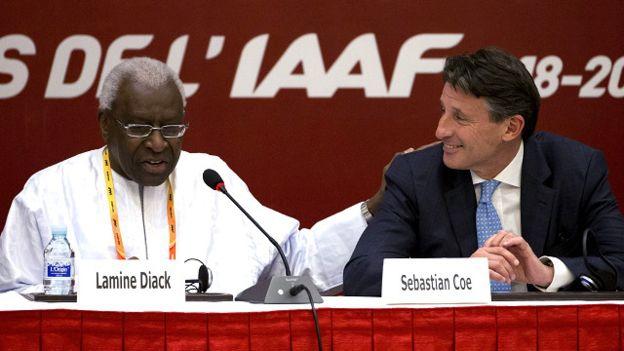 Sebastian Coe junto a Lamine Diack, el expresidente de la IAAF.