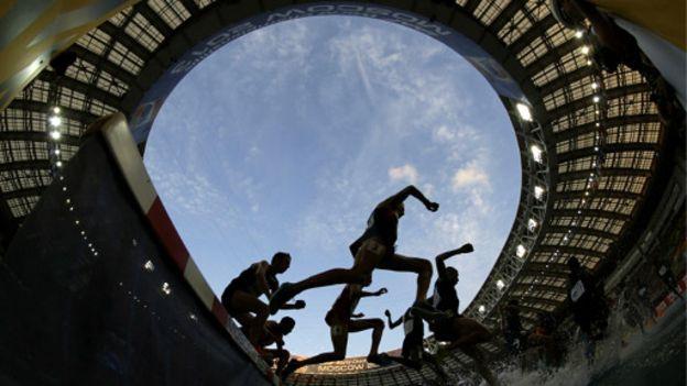 Mundial de Atletismo en MoscúImage copyrightAP Image caption Muchos atletas participaron bajo sospecha en el Campeonato Mundial de Atletismo en Moscú.