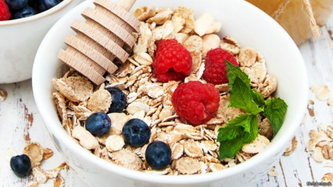 Cereal integral o avena son buenas opciones para un desayuno saludable.