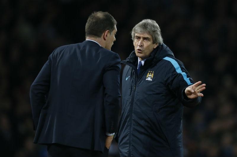 Pellegrini discute con técnico rival durante el partido     AFP