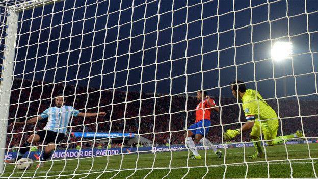 En la final de la Copa América frente a Chile, Higuaín no pudo anotar esta oportunidad en el último minuto el partido...