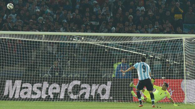 ... y después falló su lanzamiento en la definición por penales que le dio el título a Chile.
