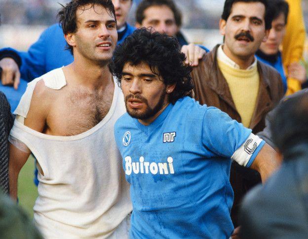Una imagen de la época de oro del fútbol italiano, Diego Armando Maradona y Antonio Cabrini, Napoli y Juventus, sur y norte.