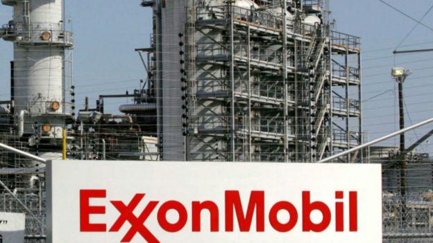 Petrolera ExxonImage copyrightReuters Image caption La petrolera Exxon vio afectadas sus finanzas pero, según sus directivos, se adapta a la crisis.