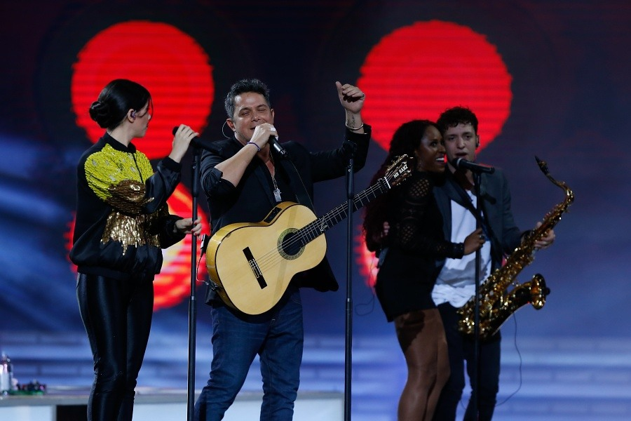 Javiera Mena se notó incómoda al cantar con Alejandro Sanz