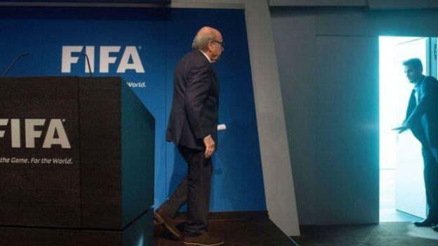 Blatter anunció que dejaría la presidencia de la FIFA en junio de 2015, cuatro semanas después de haber sido electo para un quinto período.