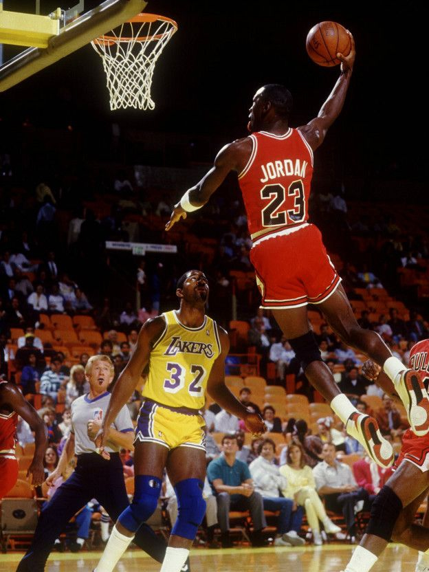 Jordan anota ante la mirada de Johnson. Magic cree que Curry podría llegar al nivel del legendario jugador de los Bulls.