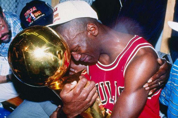 Al igual que Jordan, Curry consiguió su primer anillo de campeón de la NBA en su sexta temporada. Jordan en 1991, Curry en 2015.