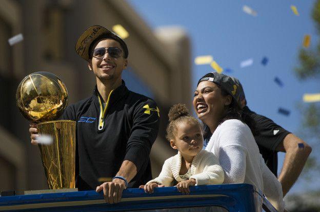 Curry junto a su esposa Ayesha y su hija Riley durante la celebración del título de la temporada pasada.
