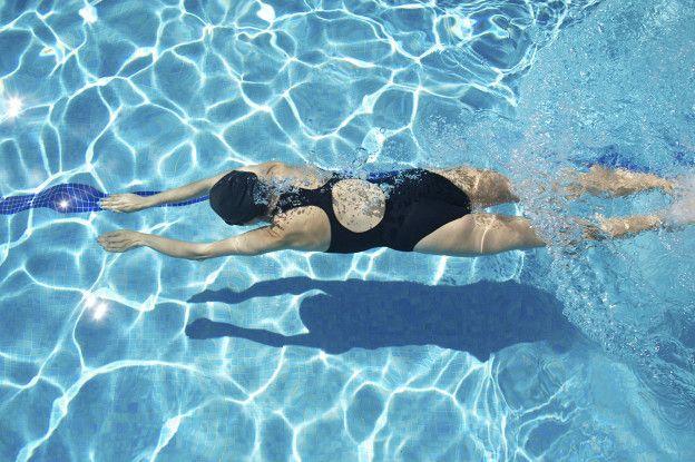Los ejercicios de bajo impacto, como la natación, son los más recomendados para las personas con problemas de rodilla.