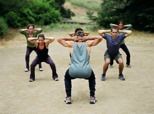 Las sentadillas es un tipo de ejercicio con el cual se puede fortalecer la rodilla.