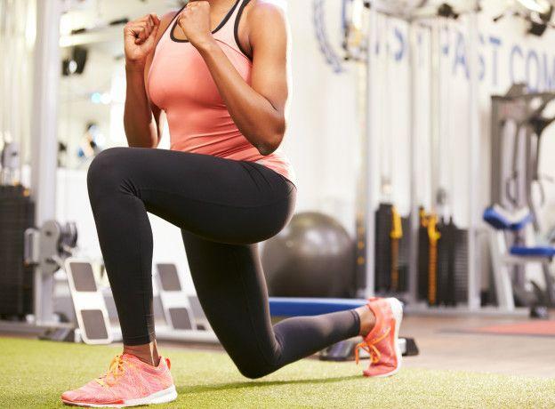 También se recomienda hacer repeticiones de lunge, pero siempre hay que tener en cuenta que es mejor parar si se siente algún tipo de molestia.