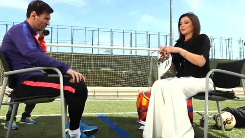 Mona El-Sharkawy intenta ser diplomática al recibir el inesperado regalo de Messi